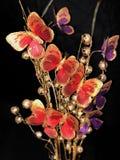 Flores artificiais falsificadas em um fundo do preto do estúdio, Imagens de Stock