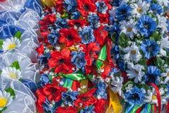 Flores artificiais feitas do fundo da tela fotos de stock royalty free