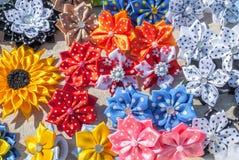 Flores artificiais feitas do fundo da tela imagens de stock royalty free