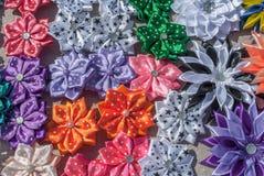 Flores artificiais feitas do fundo da tela imagens de stock