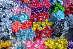 Flores artificiais feitas do fundo da textura da tela fotos de stock royalty free