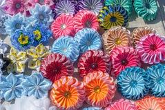 Flores artificiais feitas do fundo da textura da tela imagem de stock royalty free