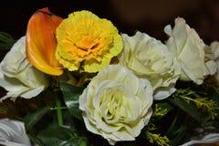 Flores artificiales blancas y amarillas para casarse Foto de archivo libre de regalías