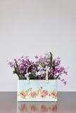 Flores artificiales de los floreros Fotos de archivo