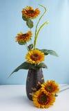 Flores artificiales decorativas Foto de archivo libre de regalías