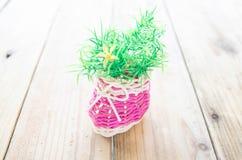 Flores artificiales en de madera Fotografía de archivo libre de regalías