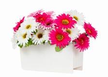 Flores artificiales en el florero blanco Imagen de archivo libre de regalías
