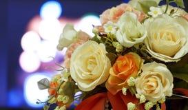 Flores artificiales en fondo borroso luz del bokeh Fotos de archivo