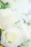 Flores artificiales en las decoraciones de la flor fresca Imágenes de archivo libres de regalías