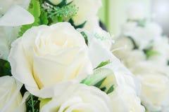Flores artificiales en las decoraciones de la flor fresca Fotos de archivo libres de regalías