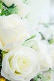 Flores artificiales en las decoraciones de la flor fresca Foto de archivo