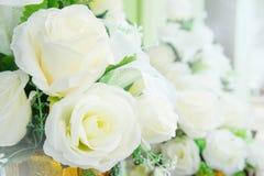Flores artificiales en las decoraciones de la flor fresca Foto de archivo libre de regalías