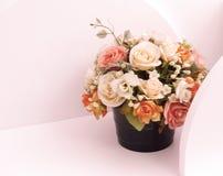 Flores artificiales en los estantes de madera blancos Fotografía de archivo