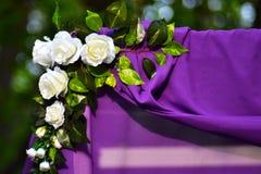 flores artificiales en un fondo púrpura imágenes de archivo libres de regalías