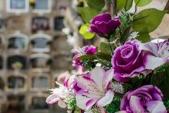 Flores artificiales púrpuras foto de archivo