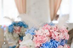 Flores azuis e cor-de-rosa no interior fotografia de stock royalty free