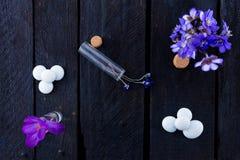 flores azuis no fundo de madeira Imagens de Stock
