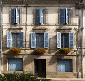 Flores azules Brantome Francia de las ventanas de la fachada Fotos de archivo libres de regalías
