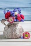 Flores azules de la primavera en un florero Fotografía de archivo