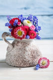 Flores azules de la primavera en un florero Fotografía de archivo libre de regalías