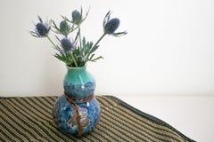 Flores azules en florero azul foto de archivo libre de regalías