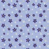 Flores azules y blancas del modelo inconsútil en fondo azul Foto de archivo libre de regalías