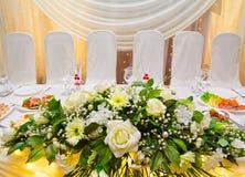 Flores blancas de la tabla de banquete de la boda Imagenes de archivo