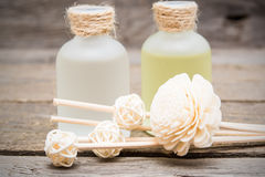 Flores blancas decorativas con aceite esencial del masaje foto de archivo