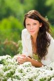 Flores blancas del cuidado hermoso de la mujer del jardín del verano fotografía de archivo