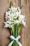 Flores blancas del narciso en fondo de madera Foto de archivo