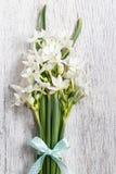 Flores blancas del narciso en fondo de madera Fotos de archivo