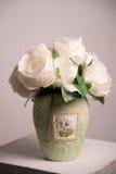 Flores blancas en el florero verde claro Fotos de archivo libres de regalías