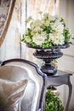 Flores blancas en florero Fotos de archivo libres de regalías