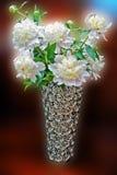 Flores blancas en florero decorativo Fotografía de archivo