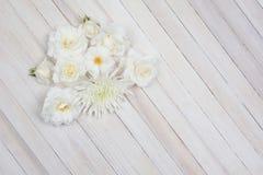 Flores blancas en la tabla de madera blanca Imagen de archivo