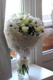 Flores blancas en la ventana Foto de archivo