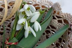 flores blancas que mienten en una cesta de mimbre Foto de archivo