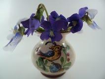 Flores blancas violetas y azules azules del sororia de la viola en florero fotografía de archivo libre de regalías