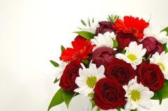 Flores blancas y rojas en un fondo rosado con el espacio de la copia fotos de archivo