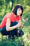 Flores bonitas da mola da terra arrendada da mulher Imagens de Stock