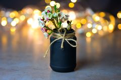 Flores bonitas da mola em um vaso preto com uma curva da guita Lugar para o texto imagem de stock