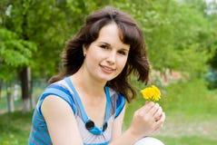 Flores bonitas da terra arrendada da menina imagens de stock royalty free