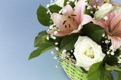 Flores bonitas do close up nas cores pastel em um fundo azul Cartão, dia do ` s da mamã, convite do casamento, aniversário cópia imagem de stock