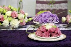 Flores bonitas na tabela do casamento Imagem de Stock Royalty Free