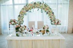Flores bonitas na tabela no dia do casamento Imagens de Stock Royalty Free