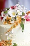 Flores bonitas sobre um bolo de casamento Fotos de Stock Royalty Free