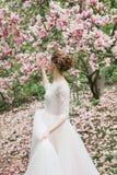 Flores brancas do jardim da magnólia do penteado do vestido da noiva fotografia de stock royalty free