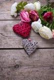 Flores brancas e cor-de-rosa e corações decorativos no vintage de madeira Imagens de Stock