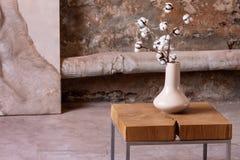 Flores brancas na tabela de madeira no quarto mínimo interior com cartaz imagens de stock