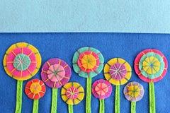 Flores brillantes hermosas hechas de círculos del fieltro Idea de la costura Adornos de las flores de los artes Imágenes de archivo libres de regalías